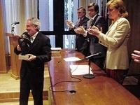 Ajuntament de Picanya - Josep Almenar recull el premi de mans de l'Excma. Sra. Vicerrectora Prof. María Pilar Santamarina Siruana