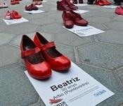 La plaça de l'Ajuntament es plena de sabates roges contra la violència de gènere