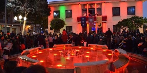 La festa de la Vespra de Reis plenà la plaça de l'Ajuntament