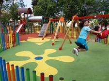 Instal·lació de paviment de seguretat sota els Jocs Infantils dels parcs municipals
